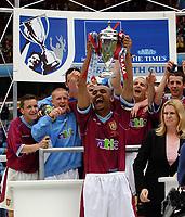 Fotball. FA Youth Cup. Finale. 18.05.2002.<br /> Aston Villa v Everton.<br /> Stefan Moore med pokalen for Aston Villa.<br /> Foto: Tim Parker, Digitalsport