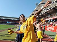 Fotball<br /> Tyskland<br /> 24.04.2010<br /> Foto: Witters/Digitalsport<br /> NORWAY ONLY<br /> <br /> Schlussjubel Lucas Barrios BvB verschenkt sein Trikot<br /> <br /> Bundesliga 1. FC Nürnberg - Borussia Dortmund