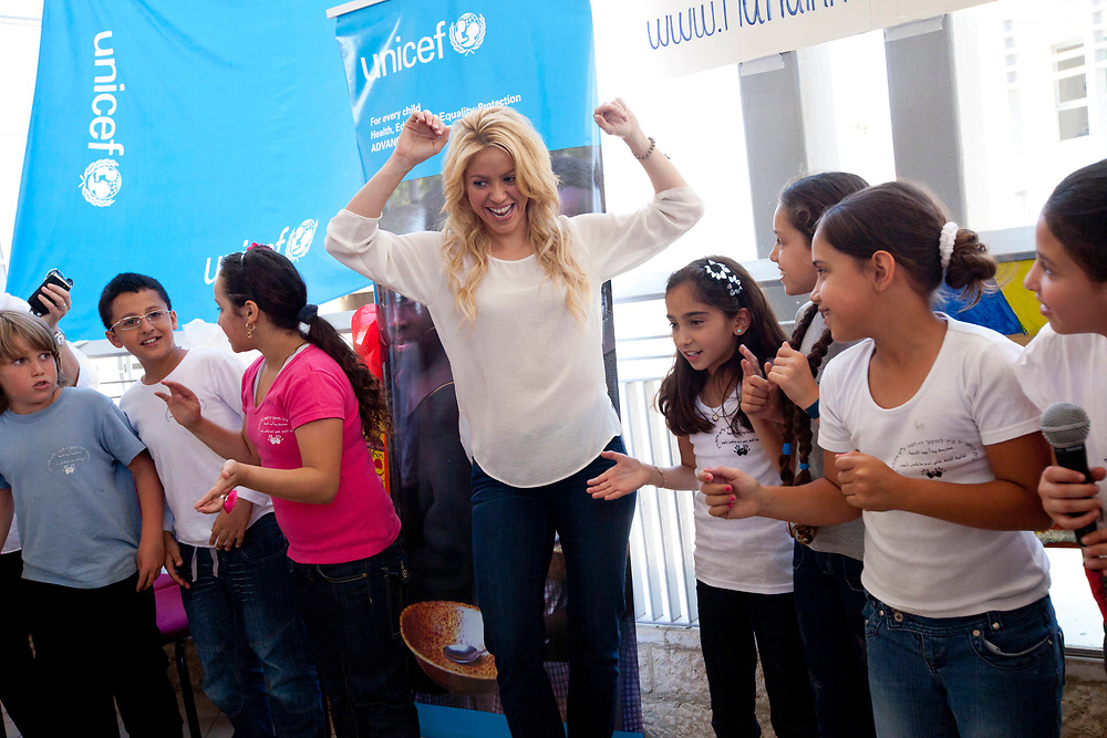 Colombian singer Shakira (C) dances with Israeli and Palestinian school children during her visit to a Bilingual school in Jerusalem on June 21, 2011.