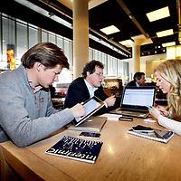 Nederland, Amsterdam , 8 april 2010..Flexibele werkplek zoals deze mensen zonder kantoor van het bedrijf Interim IC bij elkaar komen in restaurant Dauphine..Foto:Jean-Pierre Jans