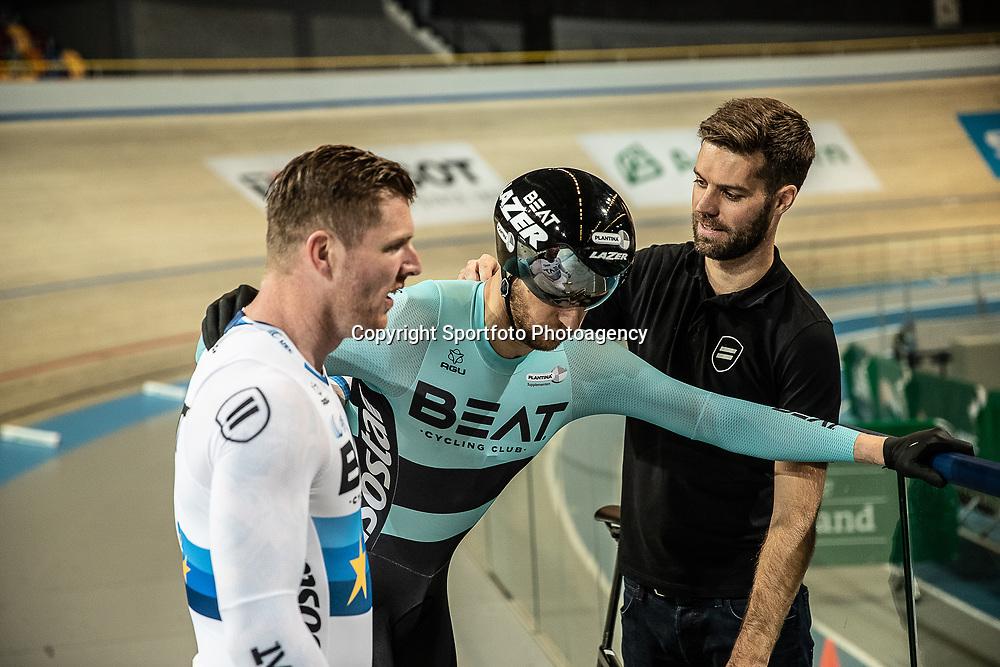 25-11-2018: Wielrennen: NK Baan: Apeldoorn<br />Theo Bos getekend na de finale Teamsprint. Hier met coach Tim Veldt en Roy van den Berg