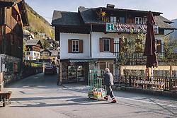THEMENBILD - ein Mitarbeiter eines Getränkehändlers Mann liefert Getränke während der Corona Pandemie, aufgenommen am 17. April 2019 in Hallstatt, Österreich // an employee of a beverage dealer Man delivers beverages during the Corona Pandemic in Hallstatt, Austria on 2020/04/17. EXPA Pictures © 2020, PhotoCredit: EXPA/ JFK