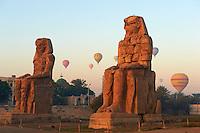 Egypte, Haute Egypte, vallée du Nil, rive gauche de Thèbes, environs de Louxor, les colosses de Memnon classés Patrimoine Mondial de l'UNESCO // Egypt, Nile Valley, Luxor, Thebes, West bank of the River Nile, Two giant statues known as the Colossi of Memnon carved to represent the pharaoh Amenhotep III of the dynasty XVIII