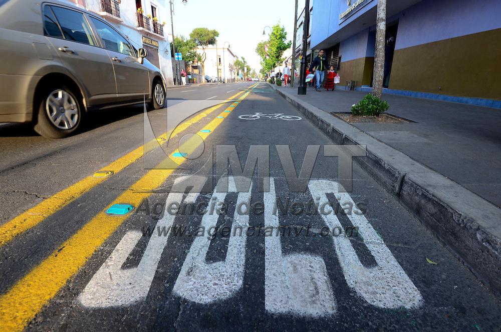 Toluca, México (Abril 19, 2016).- A unos días de haber sido instalada la ciclovía de la avenida Hidalgo desde Rayón a la Alameda Central, automovilistas invaden este carril exclusivo para bicicletas, se estacionan en el lugar o circulan en el mismo.  Agencia MVT / Crisanta Espinosa