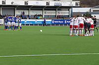 1. divisjon fotball 2015: Hødd - Fredrikstad. Begge lags spillere samlet til en peptalk før avspark i førstedivisjonskampen mellom Hødd og Fredrikstad på Høddvoll.