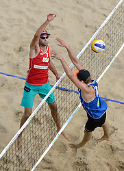 16-07-2014 NED: FIVB Grand Slam Beach Volleybal, Apeldoorn<br /> Poule fase groep A mannen - Steven van de Velde (2) NED, Philip Dalhausser (1) USA