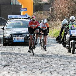 28-02-2015: Wielrennen: Omloop het Nieuwsblad: Gent<br />GENT (Bel): De omloop het Nieuwsblad is de openingskoers in BeNeLux.  De wedstrijd door de Vlaamse Ardennen is bij de mannen dit jaar aan zijn 70e editie toe. Ellen van Dijk en Anna van der Breggen in de aanval op de kasseien