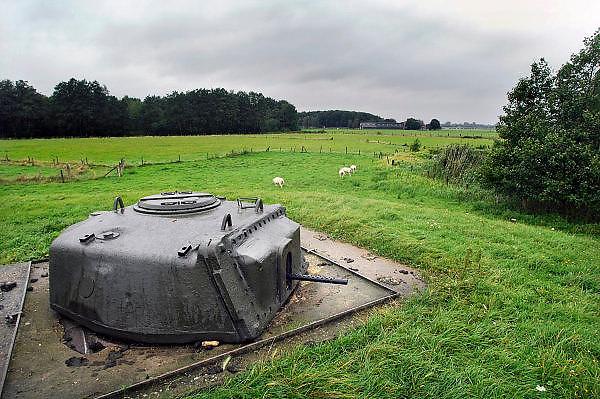 Nederland,Olst, 20-9-2007Geschutskoepel van een Shermantank uit wo2 als onderdeel van de IJssellinie. Doel van het verdedigingswerk was bij een russische aanval het gebied tussen kampen en Nijmegen onder water te zetten,innunderen, om tijdwinst te boeken. Hiervoor waren op verschillende plaatsen inlaten gemaakt. Deze waren in de dijk gebouwd en konden geopend worden om het land binnendijks onder water te zetten. Kanonnen moesten deze inlaatplaatsen beschermen. Vrijwilligers hebben voor behoud van diverse objecten gezorgd.Foto: Flip Franssen/Hollandse Hoogte