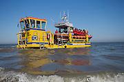De reddingsboot van de KNRM (Koninklijke Nederlandse Reddings Maatschappij) in Noordwijk aan Zee wordt de Noordzee in gereden.<br /> <br /> The lifeboat John Paul of the KNRM (Royal Dutch Rescue Organization) in Noordwijk aan Zee is taken to the North Sea.