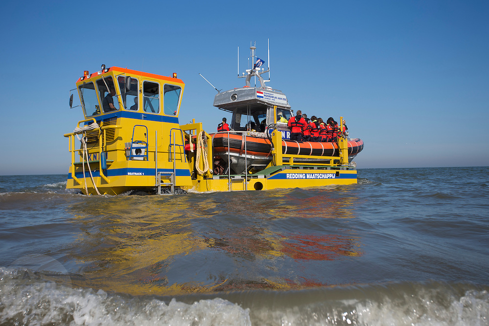 De reddingsboot van de KNRM (Koninklijke Nederlandse Reddings Maatschappij) in Noordwijk aan Zee wordt de Noordzee in gereden.<br />