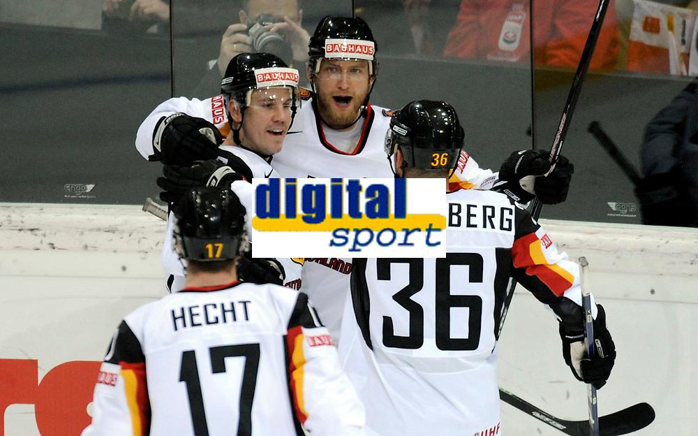 Jochen Hecht (GER), Sven Butenschon (GER), Christoph Ullmann (GER) und Yannic Seidenberg (GER) jubeln nach dem 0:1. © Manu Friederich/EQ Images
