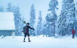 THEMENBILD - ein Skifahrer mit den Skiern auf den Schultern auf dem Weg zum Lift, aufgenommen am 23. November 2017 in Ruka, Kuusamo, Finnland // a skier with skis on his shoulders on the way to the lift, Ruka, Kuusamo, Finland on 2017/11/23. EXPA Pictures © 2017, PhotoCredit: EXPA/ JFK