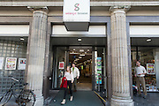 Klanten verlaten Selexyz Broese in Utrecht.<br />