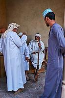 Sultanat d'Oman, gouvernorat de Ad-Dakhiliyah, Nizwa,  le marché aux armes, vente de khandjars, poignards omanais //Sultanate of Oman, Ad-Dakhiliyah Region, Nizwa, the dagger (khandjar) market