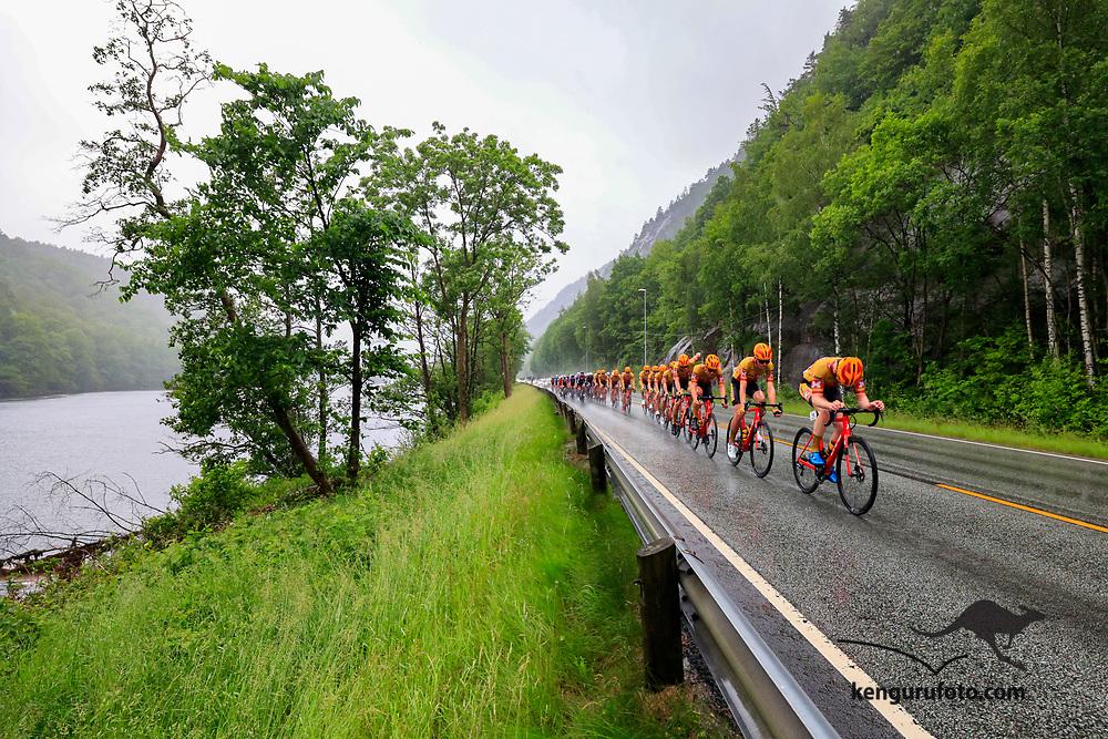 Fra herrenes elite start under NM på sykkel 2021 i Kristiansand. Hovedfeltet passerer Sødal langs Otra i Kristiansand.