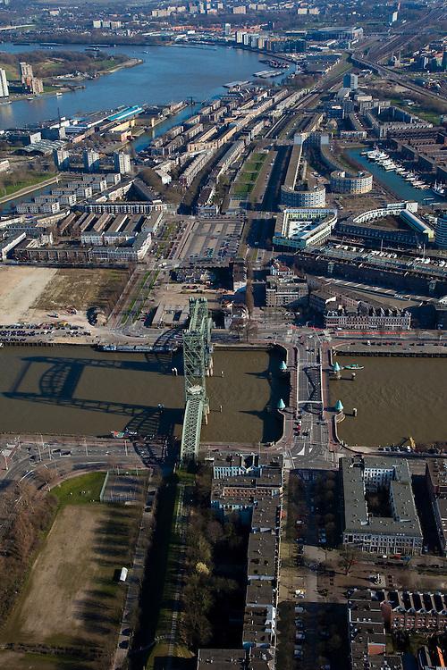 Nederland, Zuid-Holland, Rotterdam, 20-03-2009; Noordereiland en Koningshaven, onder in beeld.Over het water van de haven 'De Hef', voormalige spoorburg (vakwerkbrug) en daarnaast de Koninginnebrug naar de wijk Feijenoord. Linksboven rivier de Nieuwe Maas en het Feyenoord stadion 'De Kuip'. Air view on the river Meuse of Rotterdam, the isle of the North (Noordereiland) (bottom), the Hef  Bridge, The Lift, a lattice bridge connecting the isle of North and South bank. .Swart collectie, luchtfoto (toeslag); Swart Collection, aerial photo (additional fee required).foto Siebe Swart / photo Siebe Swart