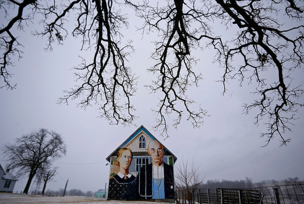 """A barn with the mural of the """"American Gothic"""" painting is seen in Mt. Vernon, Iowa, January 25, 2015. Artist Mark Benesh recreated the original which was done by Grant Wood. REUTERS/Jim Young"""