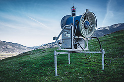 THEMENBILD - eine Schneekanone auf einer grünen Skipiste, aufgenommen am 15. November 2018 in Kaprun, Österreich // a snow cannon on a green ski slope, Kaprun, Austria on 2018/11/15. EXPA Pictures © 2018, PhotoCredit: EXPA/ Stefanie Oberhauser