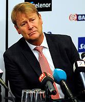 Fotball VM kvalifisering 15.10.2008<br /> FIFA World Cup South Africa Qualifier<br /> Ullevaal Stadium <br /> Norge vs Nederland<br /> Norway vs Netherlands<br /> <br /> Result  0 - 1<br /> <br /> Foto: Robert Christensen Digitalsport<br /> <br /> Norway En lidende Trener Åge hareide må forklare seg under pressekonferansen og hudfletter Brede Hangeland for elendig klarering som førte til 0-1 målet
