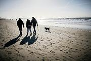 Strandwandeling met hond over het Zuiderstrand, Den Haag. |  Beach walk with dog ove rhet Zuiderstrand, The Hague