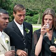 NLD/Haarzuilens/19940517 - Huwelijk Rob Witschge en Barbara van den Boogaard in kasteel Haarzuilen, Johnny van 't Schip en partner Danielle Oonk en Aron Winter