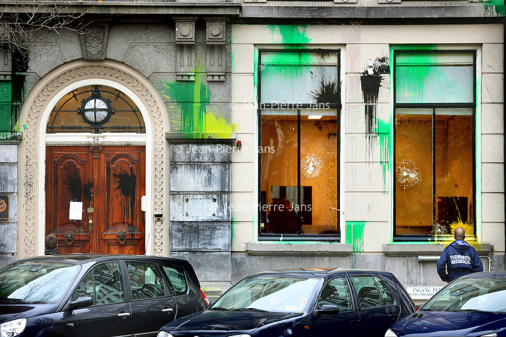 Nederland, Amsterdam , 8 november 2010..Onbekenden hebben zondagnacht geprobeerd brand te stichten in het partijkantoor van de PvdA in Amsterdam..Ook is een verfbom tegen het gebouw gegooid en zijn enkele ruiten ingegooid..De PvdA doet maandag aangifte, aldus een woordvoerster van de partij. Ze meldt dat de partij het zeer betreurt dat op deze manier de confrontatie wordt gezocht..Foto:Jean-Pierre Jans