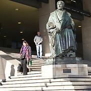 Nederland Rotterdam 21-03-2009 20090321Foto: David Rozing ..Mensen lopen langs Standbeeld Gijsbert Karel graaf van Hogendorp  op trappen WTC World Trade Center Rotterdam Foto: David Rozing