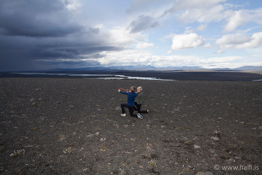 Young boys in the highlands of Iceland - Ungir strákar með teygjubyssu á hálendinu - Jurjen Sindri Sigurðarson, Arnar Smári Sigurðarson