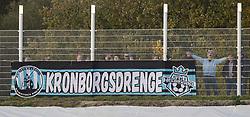 Fans udenfor hegnet under kampen i 1. Division mellem FC Helsingør og Kolding IF den 24. oktober 2020 på Helsingør Stadion (Foto: Claus Birch).