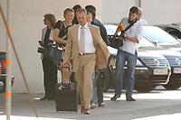 27 JUN 2003, BERLIN/GERMANY:<br /> Norbert Hansen, Vorsitzender Gewerkschaft Transnet, verlaesst mit einem Rollkoffer das Bundeskanzleramt, nach einem Gespraech des Bundeskanzlers mit den Vorsitzenden der Gewerkschaften, Bundeskanzleramt<br /> IMAGE: 20030627-01-001<br /> KEYWORDS: Kanzleramt