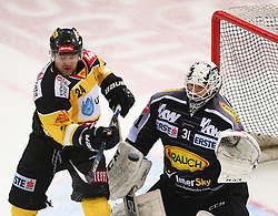 02.02.2016, Albert Schultz Eishalle, Wien, AUT, EBEL, UPC Vienna Capitals vs Dornbirner Eishockey Club, Platzierungsrunde, im Bild Jonathan Ferland (UPC Vienna Capitals) und David Madlener (Dornbirner EC) // during the Erste Bank Icehockey League placement round match between UPC Vienna Capitals and Dornbirner Eishockey Club at the Albert Schultz Ice Arena, Vienna, Austria on 2016/02/02. EXPA Pictures © 2016, PhotoCredit: EXPA/ Thomas Haumer