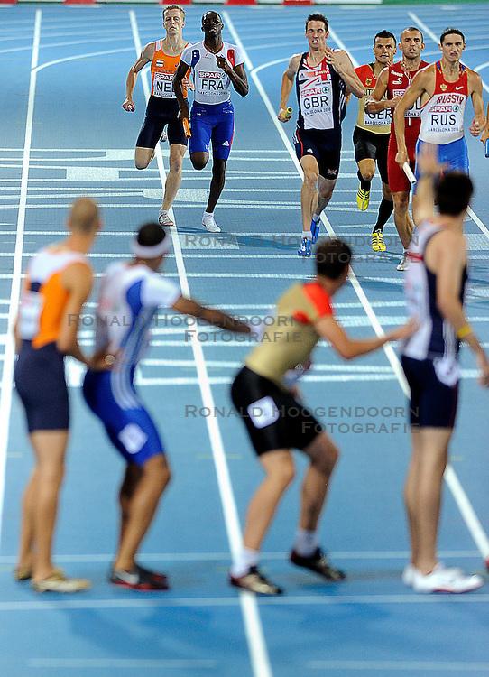 01-08-2010 ATLETIEK: EUROPEAN ATHLETICS CHAMPIONSHIPS: BARCELONA <br /> Netherlands is seventh in the 4 x 400 meters relay, Robert Lathouwers waiting dennis spillekom<br /> ©2010-WWW.FOTOHOOGENDOORN.NL