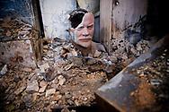 Novembre 2008. Ossétie du sud. Tskhinvali. Le parlement détruit. Statue de Lénine. November 2008. South Ossetia. Tskhinvali. Parliament destroyed. Statue of Lenin.