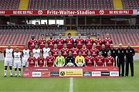 Fotball<br /> 2. Bundesliga Tyskland<br /> Kaiserslautern<br /> 29.06.2007<br /> Foto: imago/Digitalsport<br /> NORWAY ONLY<br /> <br /> Lagbilde Kaiserslautern - Kjetil Rekdal<br /> Mannschaftsfoto 1. FC Kaiserslautern, hi.v.li.: Opara, Kotysch, Thomas, Müller, Schönheim, Henel, Beda, Stachnik,  Banouas, Mitte: Trainer Rekdal, Reha Trainer Neubert, Co Trainer Lutz, Torwarttrainer Ehrmann, Co Trainer Funkel, Neubauer, Bohl, Diarra...; ... Ziemer, Bellinghausen, Zeugwart Wittich, Physiotherapeut Zeyer, Masseur Bossert, Mannschaftsarzt Dr. Dinges, vorn: Reinert, Jendrisek, Bugera, Torwart Sippel, Torwart Macho, Torwart Fromlowitz, Demai, Simpson und Halfar