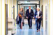 Koning Willem Alexander en Koningin Maxima tijdens een<br /> werkbezoek aan het Rijksinstituut voor Volksgezondheid en Milieu (RIVM) in Bilthoven. Het bezoek vindt plaats in het kader van de bestrijding van het coronavirus (COVID-19).<br /> <br /> King Willem Alexander and Queen Maxima during a<br /> working visit to the National Institute for Public Health and the Environment (RIVM) in Bilthoven. The visit takes place in the context of the fight against the coronavirus (COVID-19).