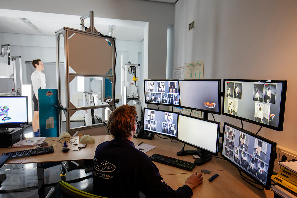 In Delft wordt een 3D scan gemaakt van Emil Löwik, een van de atleten. In september wil het Human Power Team Delft en Amsterdam, dat bestaat uit studenten van de TU Delft en de VU Amsterdam, tijdens de World Human Powered Speed Challenge in Nevada een poging doen het wereldrecord snelfietsen voor tandems te verbreken met de VeloX TX, een gestroomlijnde ligfiets. Het record staat sinds 2019 op 120,26 km/u<br /> <br /> In Delft a 3D scan is made of Emil Löwe, one of the athletes. With the VeloX TX, a special recumbent bike, the Human Power Team Delft and Amsterdam, consisting of students of the TU Delft and the VU Amsterdam, also wants to set a new tandem world record cycling in September at the World Human Powered Speed Challenge in Nevada. The current speed record is 120,26 km/h, set in 2019.