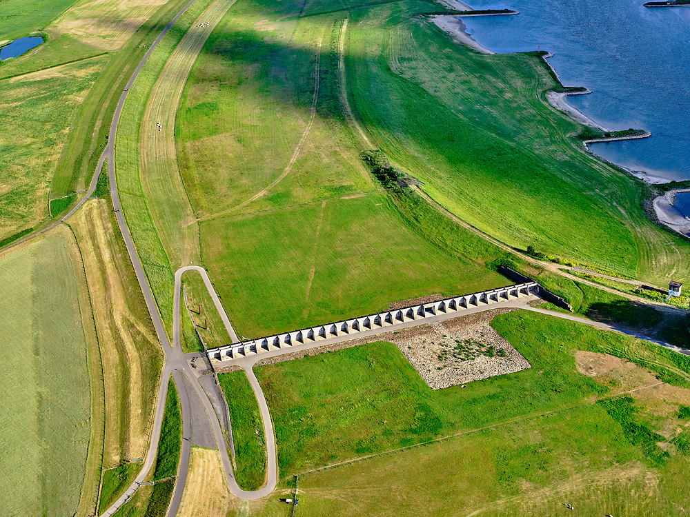 Nederland, Gelderland, Westervoort, 14–05-2020; IJsselkop, Hondsbroeksche Pleij, voormalige uiterwaard, nu een van de Ruimte voor de Rivier lokaties. Regelwerk draagt zorg voor de verdeling van het rivier water bij hoogwater.<br /> IJsselkop, the Hondsbroeksche Pleij, former flood plain, now one of the Room for the River locations. Highwater arrangment is responsible for the distribution of river water at high water.<br /> luchtfoto (toeslag op standaard tarieven);<br /> aerial photo (additional fee required)<br /> copyright © 2020 foto/photo Siebe Swart