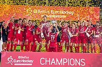 ANTWERPEN - Het team van  Belgie na de finale mannen  Belgie-Spanje (5-0),  bij het Europees kampioenschap hockey. Thomas Briels (Belgie) krijgt de beker .  COPYRIGHT KOEN SUYK