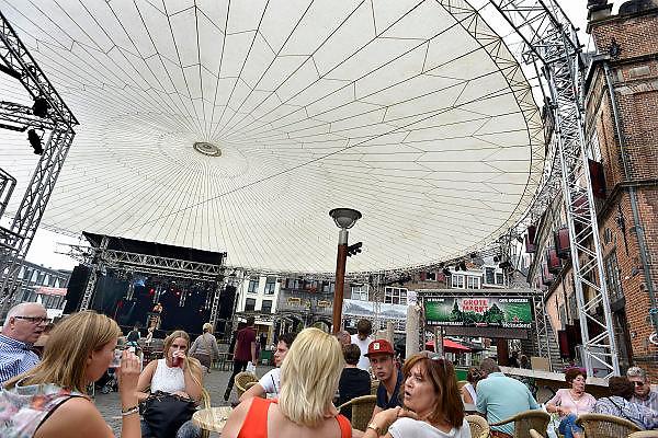 Nederland, Nijmegen, 12-7-2014Recreatie, ontspanning, cultuur en theater op de grote markt de stad aan de rivier Waal tijdens de zomerfeesten. Een van de vele feestlocaties in de stad. De vierdaagsefeesten zijn het grootste evenement van Nederland. Overkapping,doek.Foto: Flip Franssen/Hollandse Hoogte