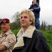 Luchtmobiele Brigade brengt zendapparatuur terug naar Adam Curry en crew na missie in Irak met een Cougar helicopter, in gesprek met dhr. van Dorp