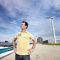 Nederland, Amsterdam , 20 augustus 2010..Marco Boone van Onze energie, de energiemaatschappij van bewoners in Noord, die gezamelijk gaan investerenin windenergie..Op de foto staat Marco op de plek in Noord waar de windmolens zouden moeten komen bij de Toetsenbordweg langs het IJ..Duurzaamheidsbijlage..Foto:Jean-Pierre Jans