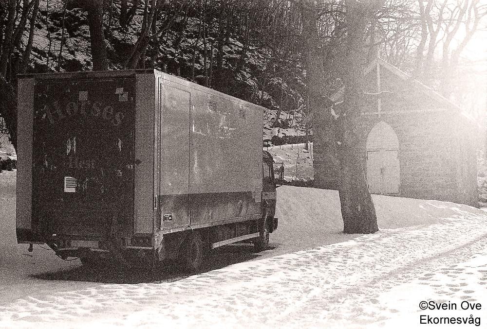 En gammel hestetransport står parkert ved kapellet bak Akslafjellet i Ålesund.<br /> Foto: Svein Ove Ekornesvåg