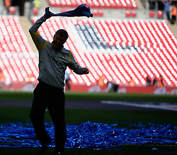 14.05.2011, Wemblay Stadium, ENG, FA CUP FINALE, Manchester City vs Stoke City im Bild Feature, Fussballfan mit Schal, Silhouette // Briam Kidd  in the celebration for winning the  130th  FA Cup Final  between Manchester City and Stoke City at Wembley Stadium in London    on 14/05/2011, EXPA Pictures © 2011, PhotoCredit: EXPA/ IPS/ M. Pozzetti *** ATTENTION *** UK AND FRANCE OUT!