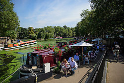 © Licensed to London News Pictures. 24/08/2016. London, UK. People enjoy the warm weather along the Regents Canal in Little Venice, West London as warm weather across the UK continues.. Photo credit: Ben Cawthra/LNP