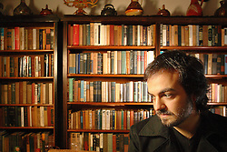 O publicitário e vocalista da banda Tom Bloch, Pedro Veríssimo na biblioteca de seu avô,  escritor Érico Veríssimo. A biblioteca fica na casa de seu pai, Luiz Fernando Veríssimo. FOTO: Jefferson Bernardes/Preview.com