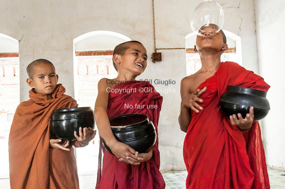 Myanmar, Bagan, pagode Swhezigon, moines novices// Myanmar, Bagan, Swezigon pagoda, novices monks