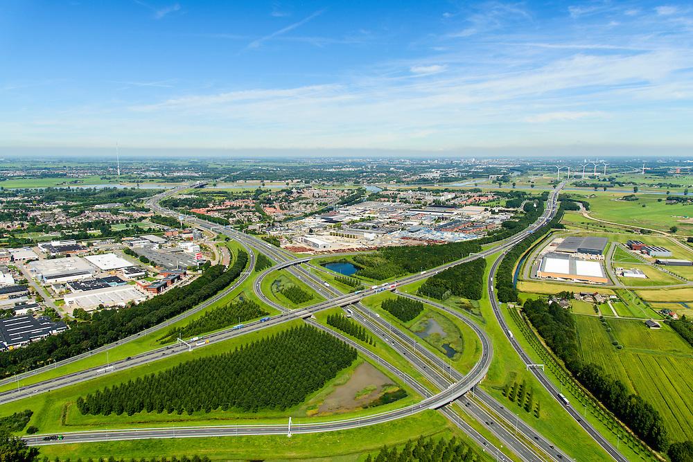 Nederland, Utrecht, Gemeente Vianen, 23-08-2016; Knooppunt Everdingen, aansluiting A27 (naar rechts) en A2 (naar links). Lek aan de horizon. Gedeeltelijk turbineknooppunt. Everdingen junction between motorway A2 en A2<br /> <br /> luchtfoto (toeslag op standard tarieven);<br /> aerial photo (additional fee required);<br /> copyright foto/photo Siebe Swart