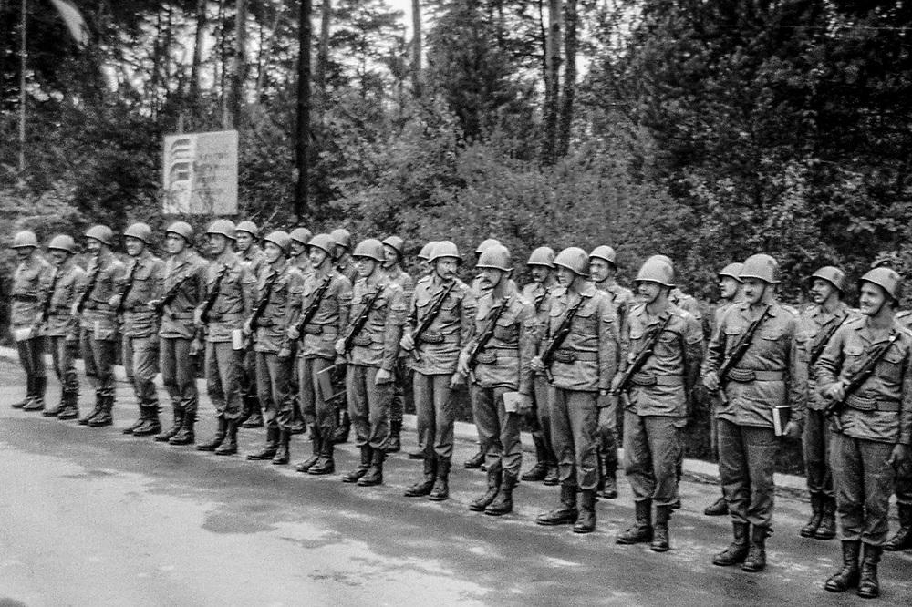1978-lipiec-sierpień, Otwock. Szkoła Oficerów Rezerwy (SOR) obowiązkowe szkolenie wojskowe absolwentów wyższych uczelni cywilnych. Nz. apel w jednostce wojskowej.