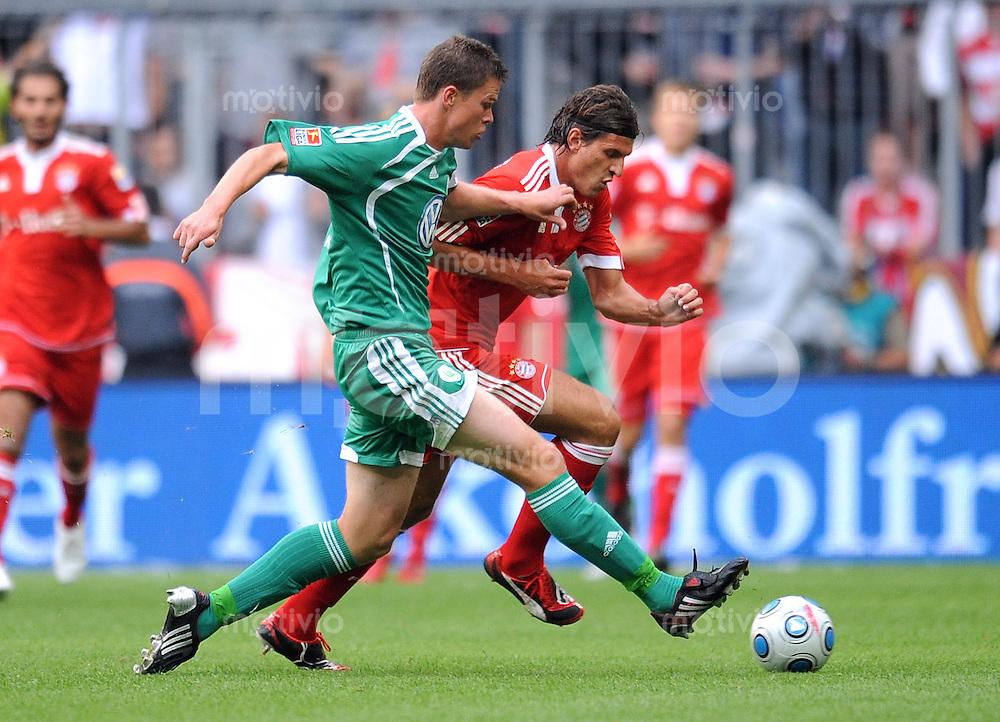 FUSSBALL     1. BUNDESLIGA     SAISON 2009/2010     29.08.2009 4 . Spieltag : FC Bayern Muenchen - VfL Wolfsburg Mario Gomez (re, FCB) gegen Alexander Madlung (li, VfL Wolfsburg)