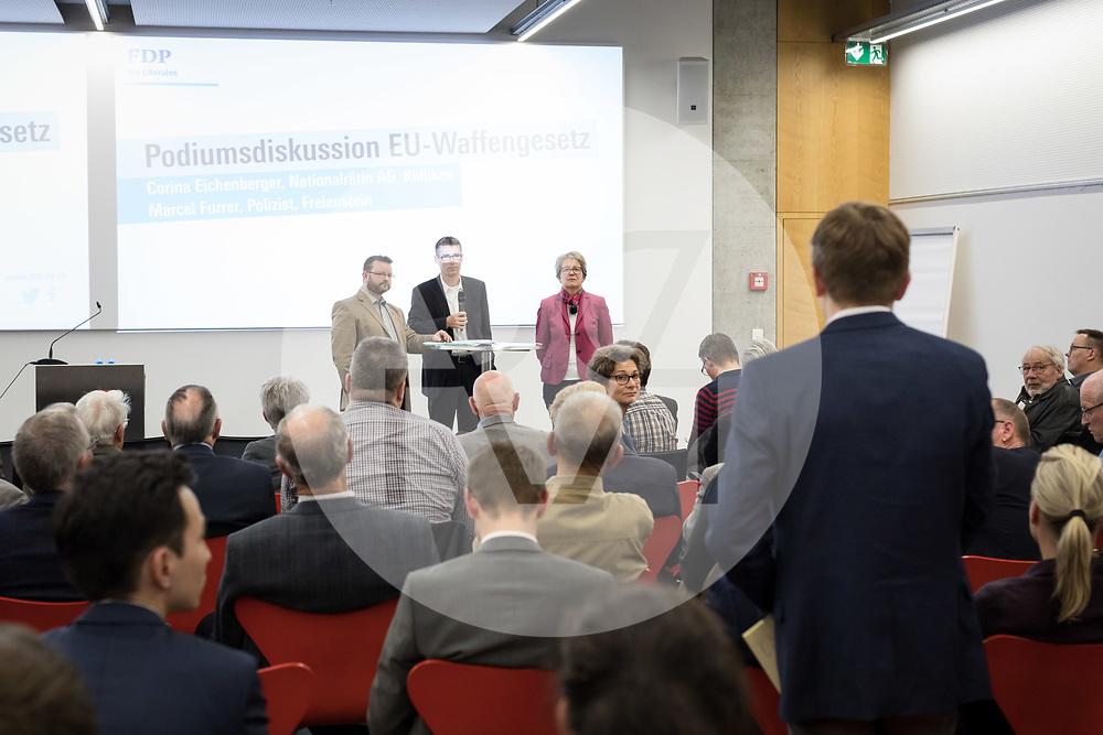 SCHWEIZ - AARBURG - Podiumsdiskussion zur Parolenfassung zum Bundesbeschluss betreffend die geänderte EU-Waffenrichtlinie mit Corina Eichenberger, Nationalrätin, und Marcel Furrer, Polizist, moderiert von Lukas Pfisterer, Grossrat, Präsident FDP AG; am Parteitag der FDP Aargau bei der Franke AG - 26. März 2019 © Raphael Hünerfauth - http://huenerfauth.ch